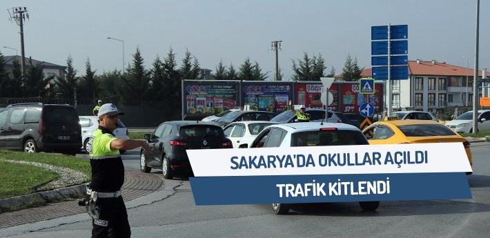 Sakarya'da okullar açıldı, trafik kilitlendi.